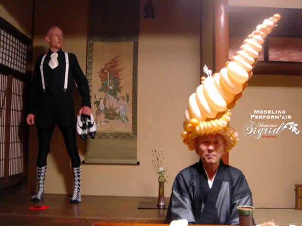 Le Fabuleux Monsieur Sigrid : Performance de chapeaux lumineux