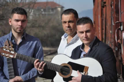 un groupe gipsy compos de guitaristes et chanteurs qui vous ferons vivre tous les tubes gipsy bamboleo djobi djoba etc - Groupe Gipsy Pour Mariage