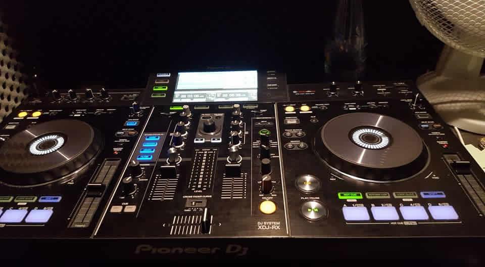 Sonia en chansons : DJ et chanteur
